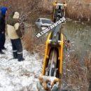 В Астрахани раздетый водитель бросился в воду за своим автомобилем