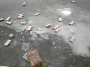 В Астрахани оставленную без присмотра тротуарную плитку хулиганы выкинули в воду
