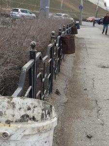 В Астрахани вместо урн для мусора развесили ржавые ведра и банки из под краски