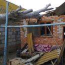 Огромный тополь рухнул на жилой дом под Астраханью