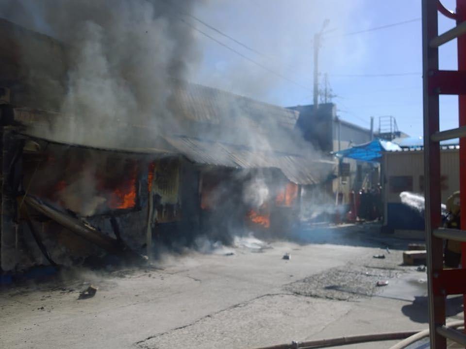 В Астрахани МЧС опубликовало фото и видео с тушения пожара на рынке «Маяк»