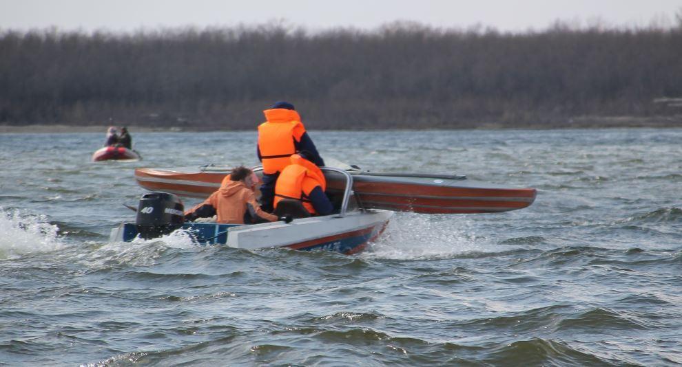 В Астрахани спасатели эвакуировали с реки 17 команд байдарочников