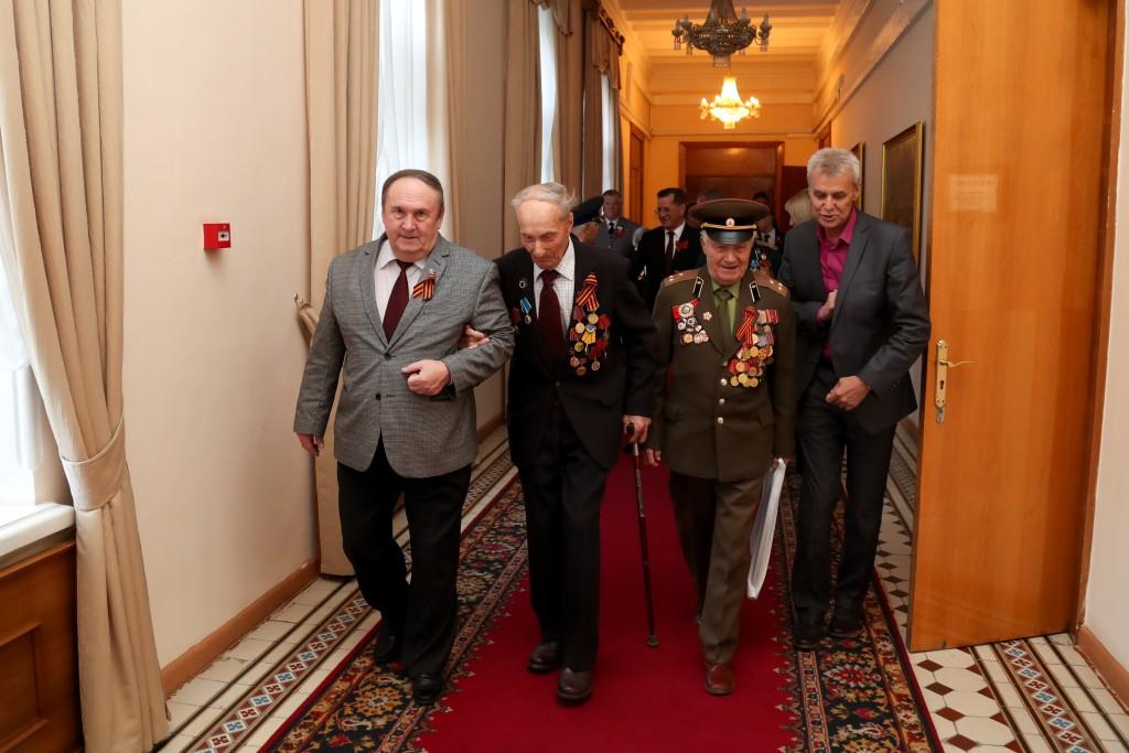 Ветераны-астраханцы рассказали Сергею Морозову про свои фронтовые годы