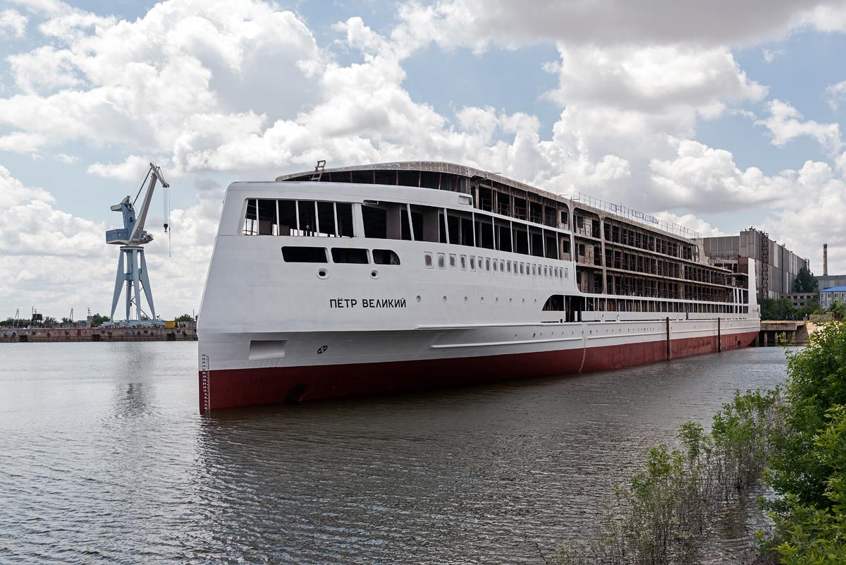 Астраханская верфь «Лотос» спустила на воду морской лайнер