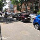 В центре Астрахани упавшие столбы подмяли два автомобиля