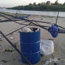 Благоустроенный пляж в Астрахани снова замусорили