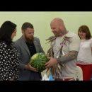 Бойцу ММА Монсону  в Астрахани подарили арбуз и воблу