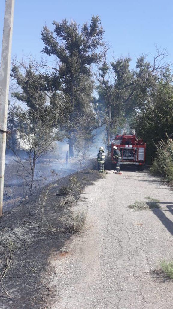 В Астрахани загорелись мазутные ямы