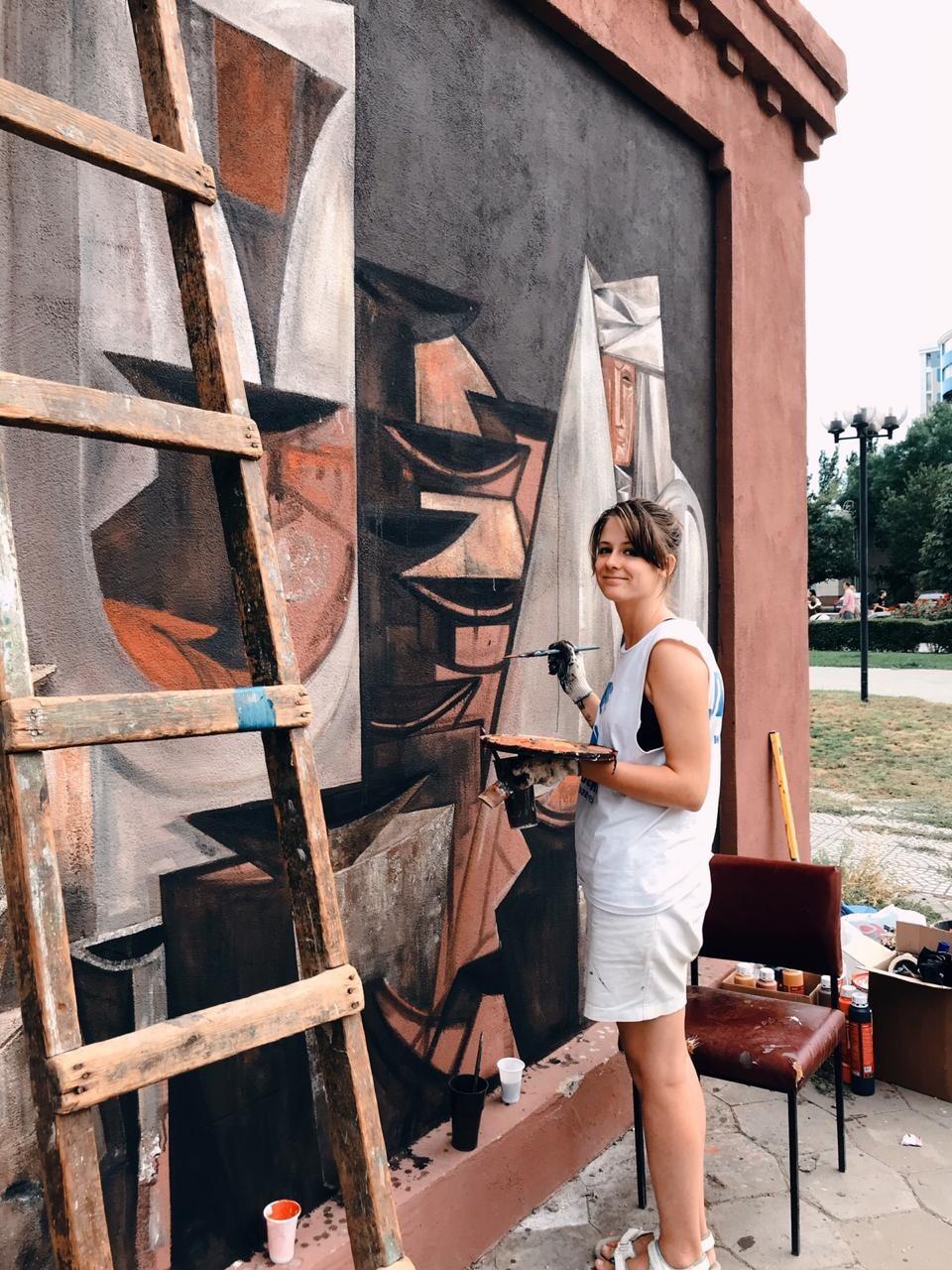 В Астрахани художник расписал шестиэтажный дом