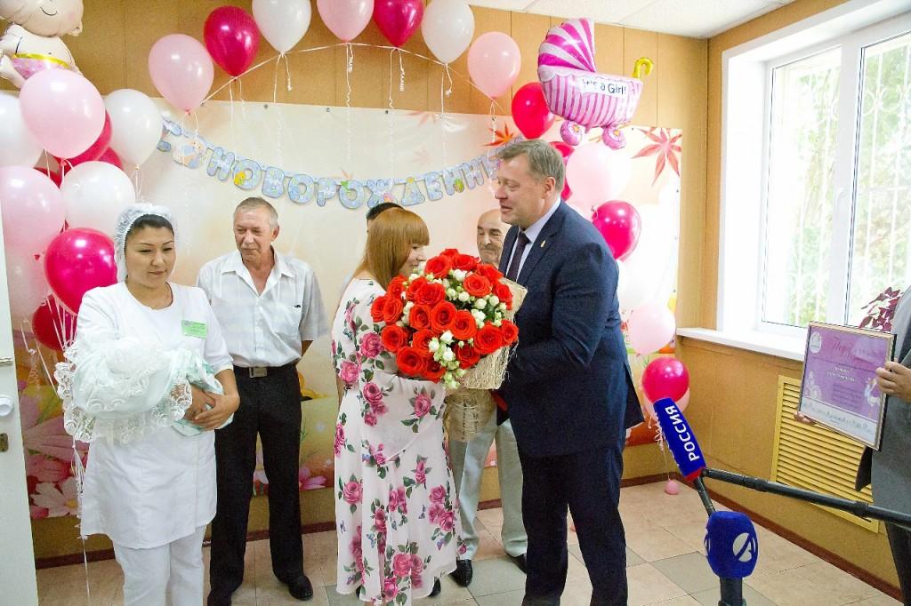 Глава Астраханской области поздравил счастливых родителей тройни