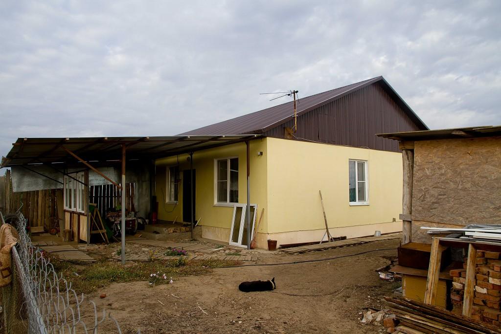 Дома переселенцев из аварийного жилья в селе Травино утеплят и газифицируют