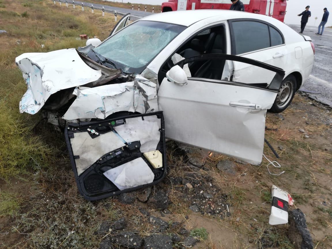 Крышу сорвало у легковой машины в ДТП под Астраханью, четыре человека пострадали