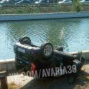 В центре Астрахани перевернувшаяся иномарка чуть не вылетела в водоем