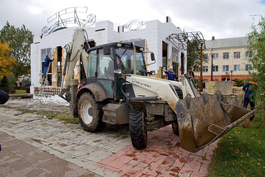 В Астрахани опубликовали фото сноса сгоревшего кафе
