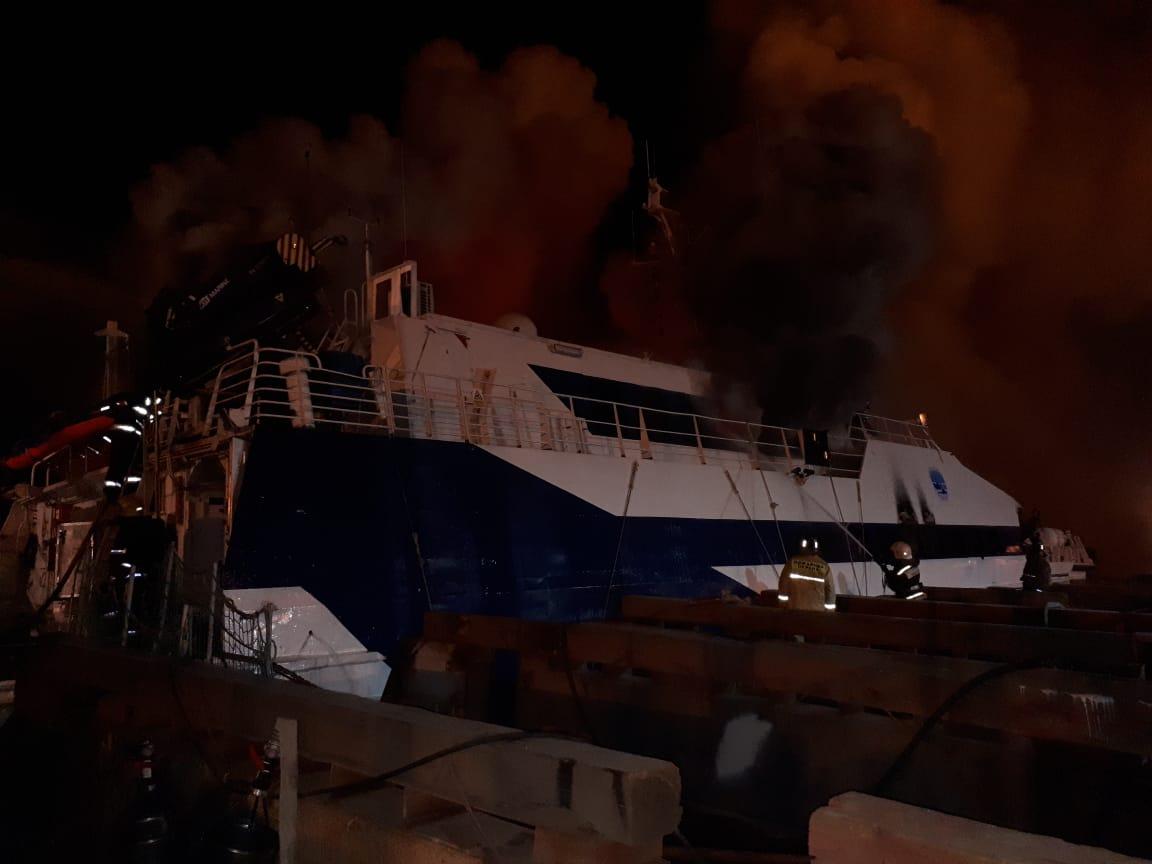 В Астрахани горели два корабля, пришвартованные у завода им. Ленина