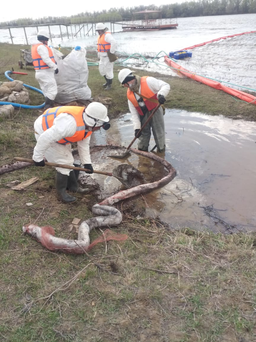 Эксперты очистили реку Кизань, в которую сбросили нефтяные отходы
