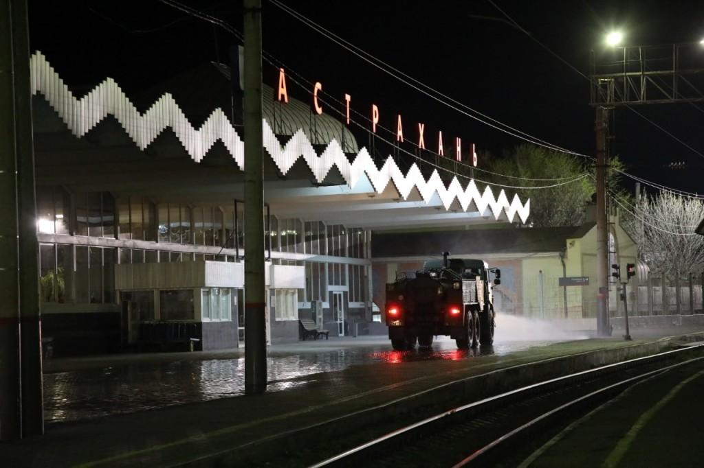 Военные химики РФ дезинфицировали вокзал, предприятия и больницы в Астрахани