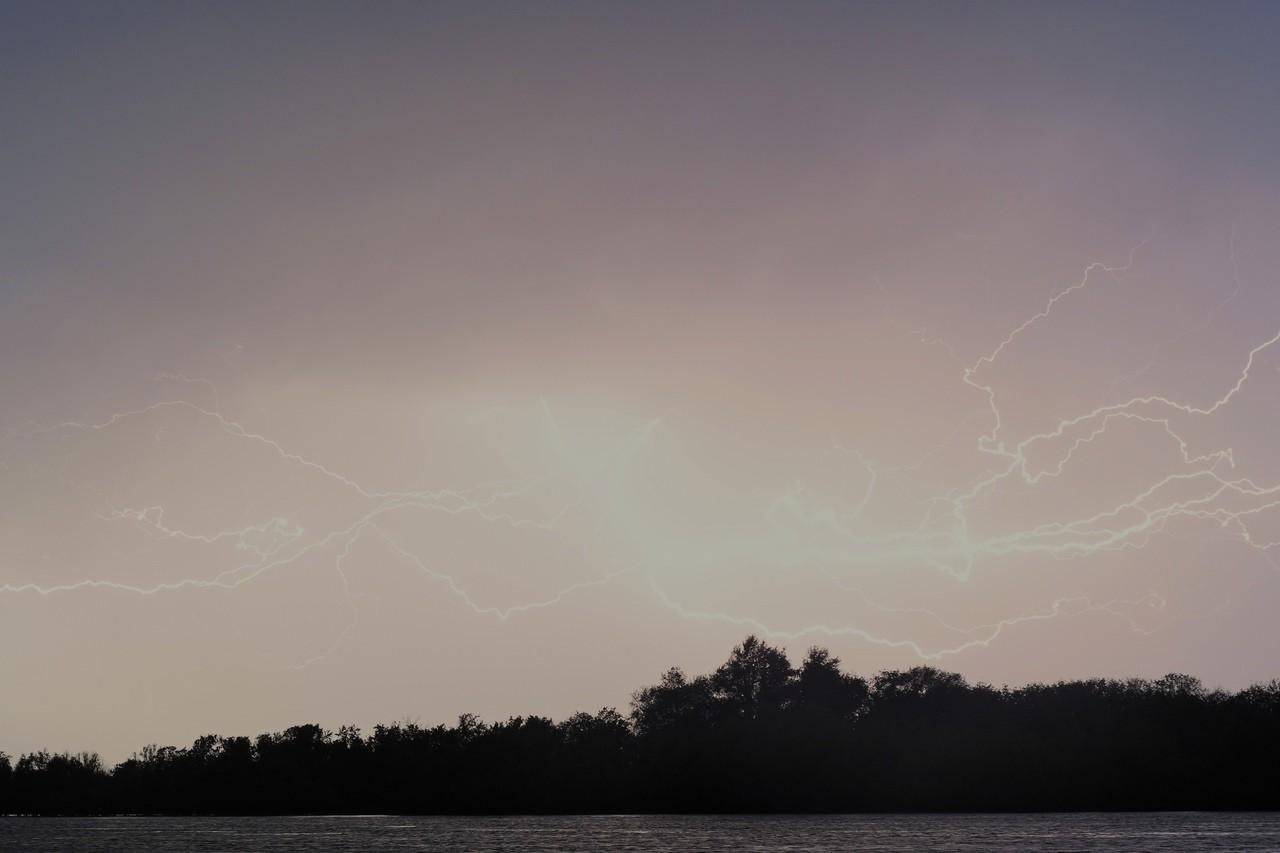 Фотограф запечатлел грозовые раскаты в небе над Астраханью