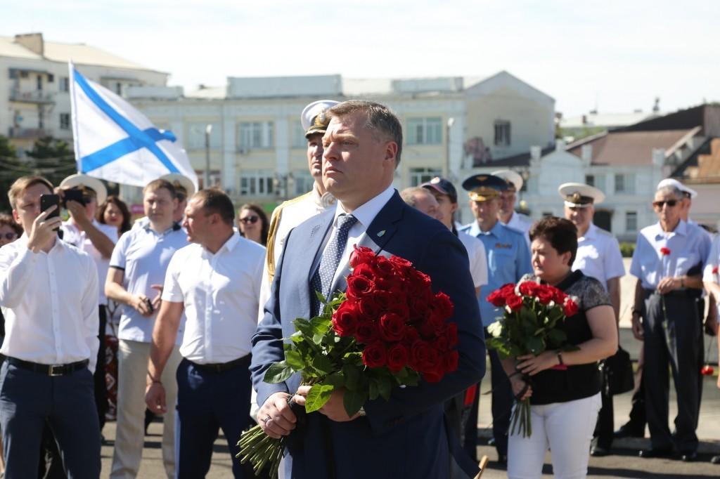 Астраханский губернатор поздравил военных моряков с Днем ВМФ