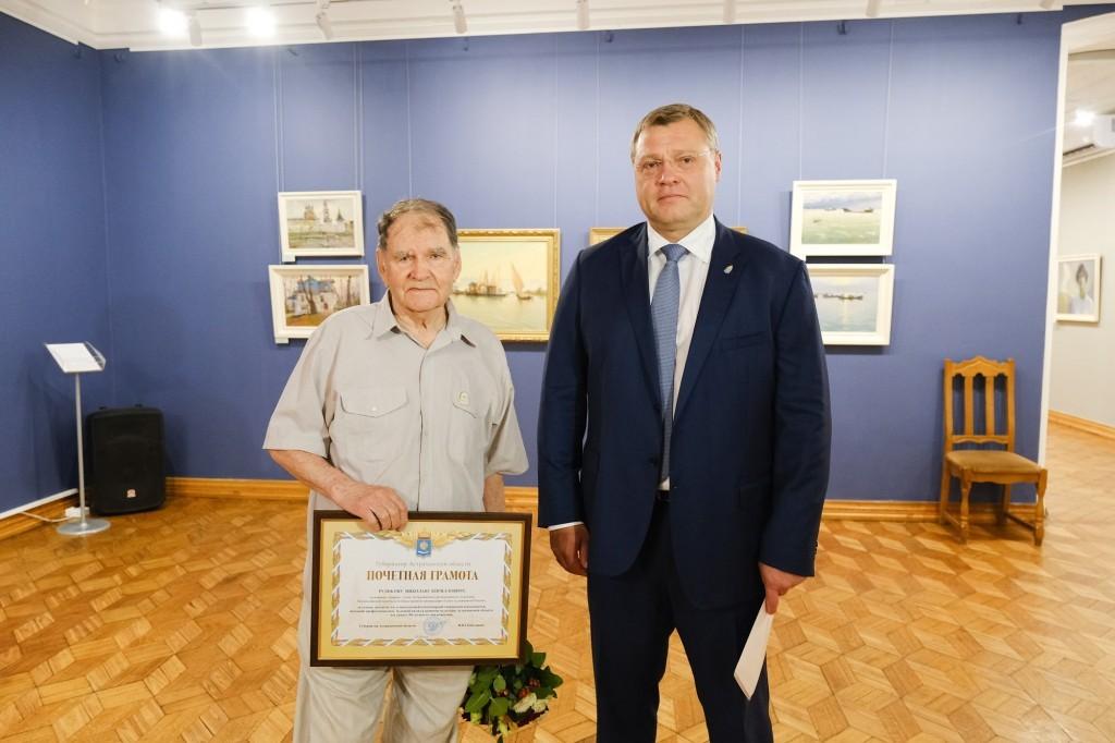 Губернатор Игорь Бабушкин посетил выставку астраханского художника
