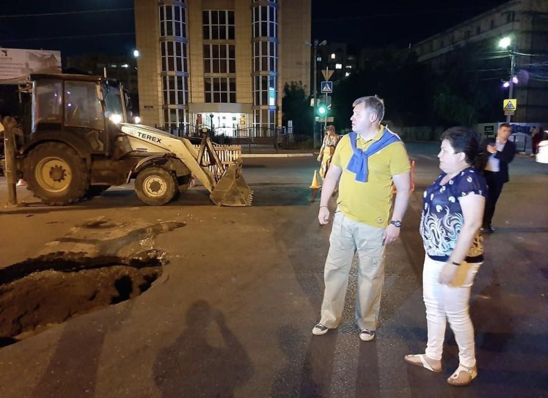 Движение на дороге в Астрахани, где в яму частично провалилась машина, восстановлено